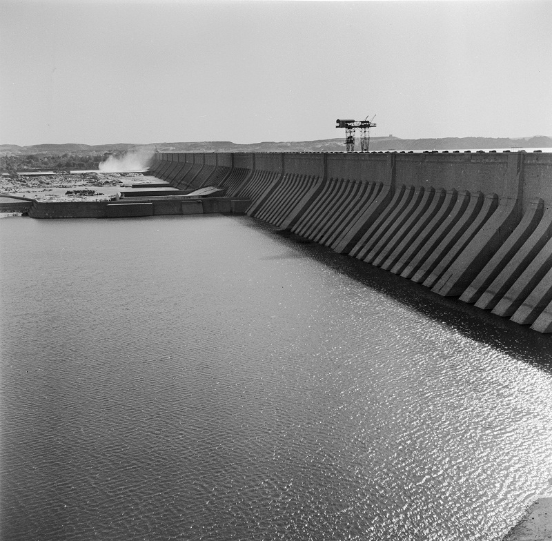 the building of the aswan dam The building of the aswan high dam became a key objective for the egyptian government and played a pivotal role in egypt's modernization following the revolution of 1952.